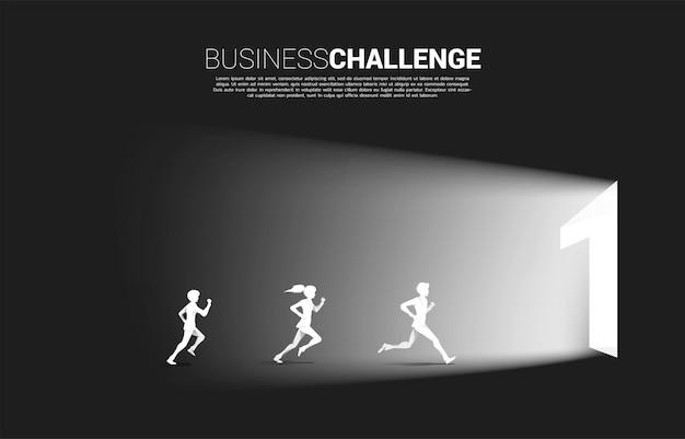 Silhueta de empresário e mulher de negócios correndo para sair da porta número um. conceito de desafio empresarial e competição.