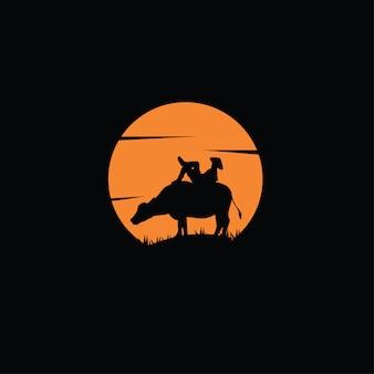 Silhueta de fazendeiro cavalgando búfalo