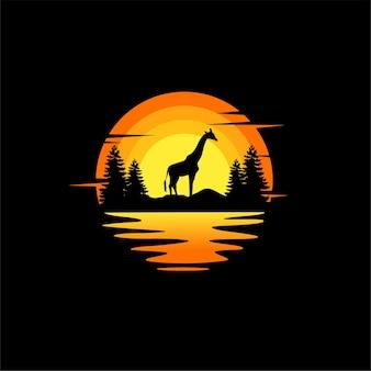 Silhueta de girafa ilustração vetorial design de logotipo animal. laranja, pôr do sol nublado, vista para o mar