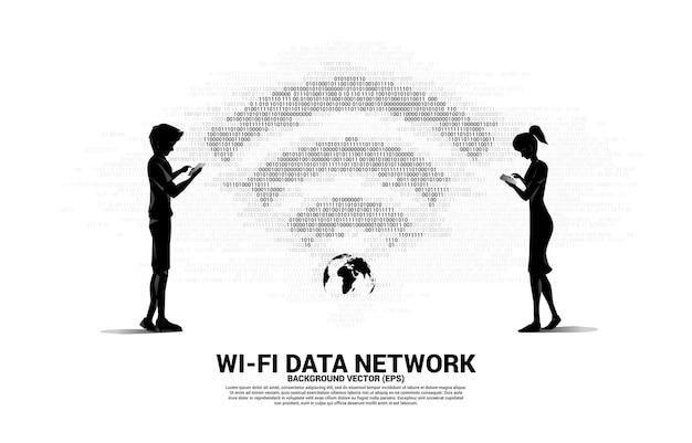 Silhueta de homem e mulher com telefone celular e ícone de rede wi-fi. conceito de rede global de telecomunicações móveis.