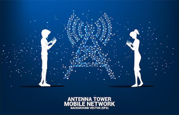 Silhueta de homem e mulher usam telefone celular com estilo de polígono de torre de antena de conexão de ponto e linha.