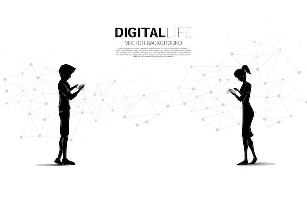 Silhueta de homem e mulher usar telefone celular com ponto de polígono futurista conectar linha de fundo. conceito de trabalho remoto de casa e tecnologia.