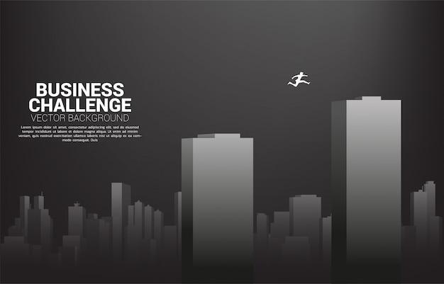 Silhueta, de, homem negócios, pular, através, predios., conceito, para, risco negócio, e, desafio, em, carreira