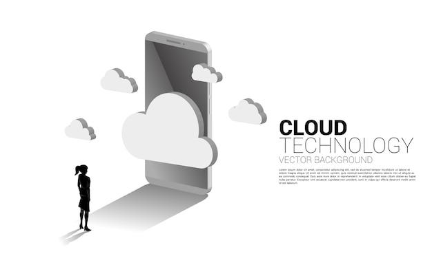 Silhueta de mulher de negócios com nuvem 3d e telefone celular. conceito de tecnologia de computação em nuvem, servidor, armazenamento e dados