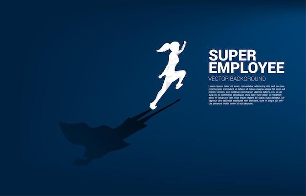 Silhueta de mulher de negócios e sua sombra de super-herói. conceito de potencial de capacitação e gerenciamento de recursos humanos