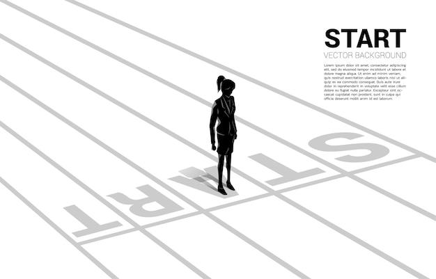 Silhueta de mulher de negócios em pé na linha de partida. conceito de pessoas prontas para iniciar carreira e negócios
