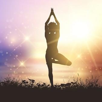 Silhueta de uma mulher em um pose da ioga