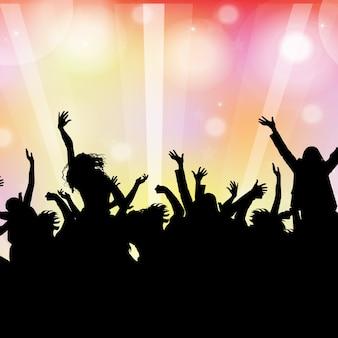 Silhueta de uma multidão de festa em um fundo de luzes de bokeh