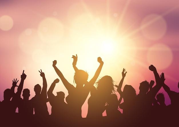 Silhueta de uma multidão de festa em um fundo do sol