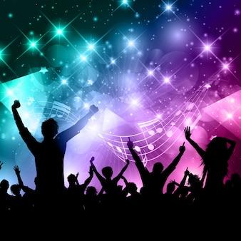Silhueta de uma multidão em festa em um resumo com notas musicais