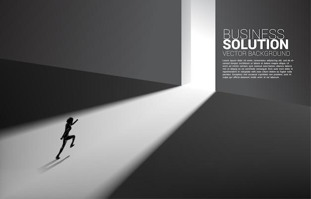 Silhueta do empresário correndo para sair da porta. banner de início de carreira e solução de negócios.