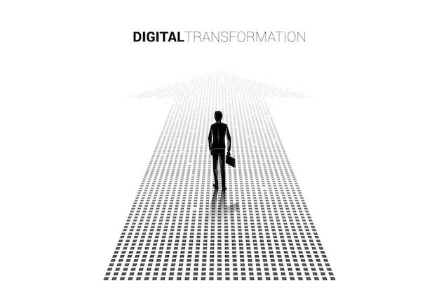 Silhueta do empresário de pé sobre a seta de pixel. conceito de transformação digital de negócios.