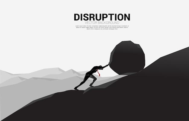 Silhueta do empresário empurrando a grande pedra para o topo da montanha. conceito de desafio empresarial e trabalho árduo.