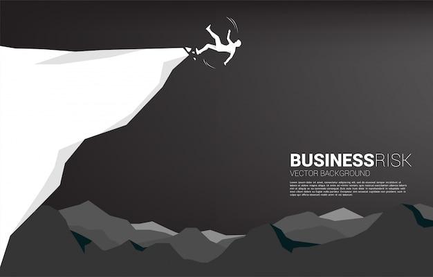 Silhueta do empresário escorregar e cair do penhasco. conceito de falha e negócios acidentais