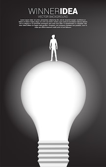 Silhueta do empresário parado na lâmpada