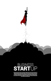 Silhueta do empresário voando no céu da nuvem. banner comercial para start up e empresa de rápido crescimento.