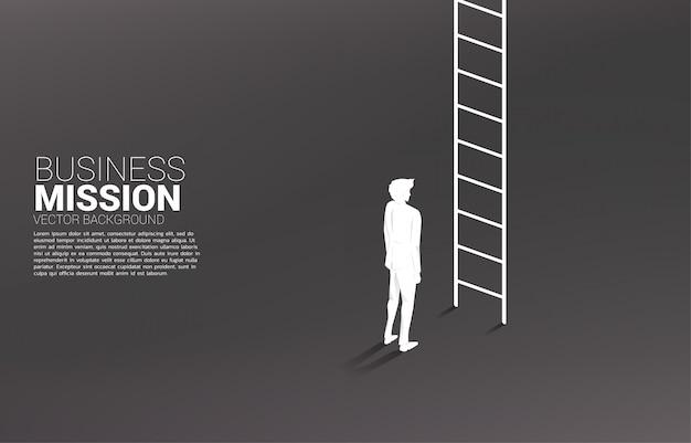 Silhueta do homem de negócios pronto para ir acima com escada. conceito de missão de visão e meta de negócios