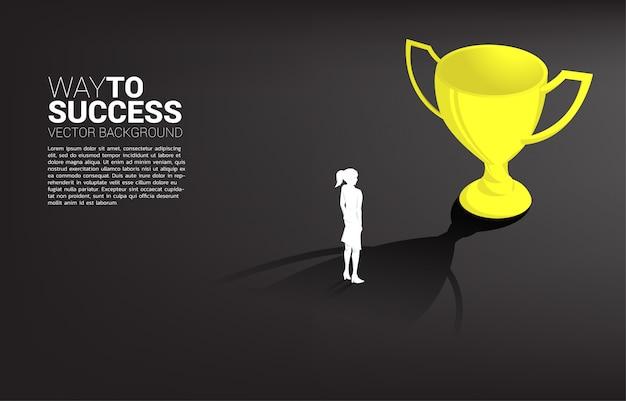 Silhueta empresária objetivo para defender o troféu. conceito de negócio da meta de liderança e missão de visão