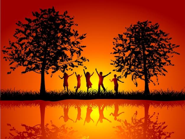 Silhuetas de crianças brincando lá fora ao lado de um rio