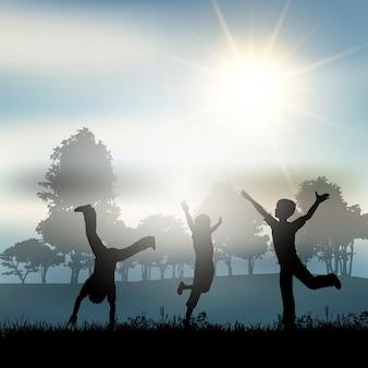 Silhuetas de crianças brincando no campo