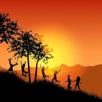 Silhuetas de crianças correndo até uma colina gramada