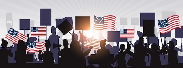 Silhuetas de pessoas segurando bandeiras dos estados unidos comemorando o feriado do dia da independência dos estados unidos, banner de 4 de julho Vetor Premium