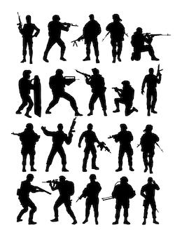 Silhuetas de soldados tropas de rangers militares armados de propósito especial na fronteira