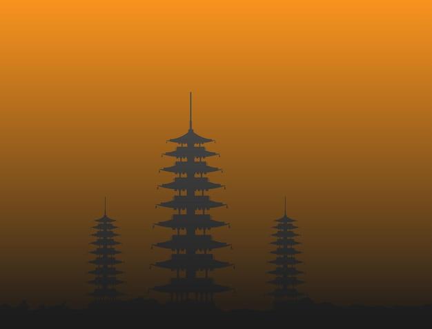 Silhuetas dos templos em pé na colina ao entardecer