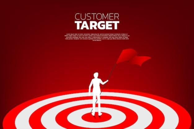 Silueta, de, homem negócios, com, bandeira vermelha, ligado, centro, de, dartboard