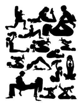 Silueta, de, mãe bebê, fazendo, ioga