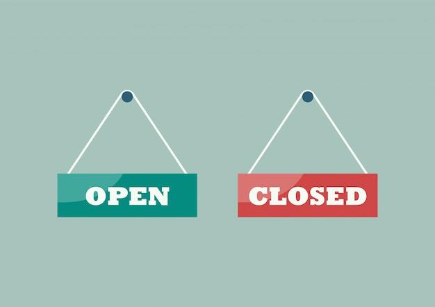 Sinais abertos e fechados pendurados em placas