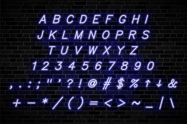 Sinais de néon violeta maiúsculas, números e símbolos na parede de tijolo escuro