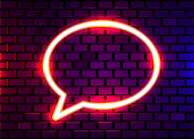 Sinal de bolha de bate-papo neon na parede de tijolo escuro. conceito.