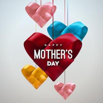 Sinal de feliz dia das mães com corações de tecido multicoloridos pendurados