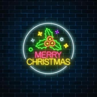 Sinal de natal de néon brilhante com holly no quadro do círculo.