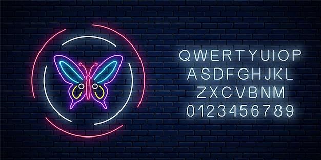 Sinal de néon brilhante batterfly roxo em quadros redondos com alfabeto no fundo da parede de tijolo escuro. emblema do panfleto de primavera em círculo. símbolo de publicidade de rua à noite. ilustração vetorial.