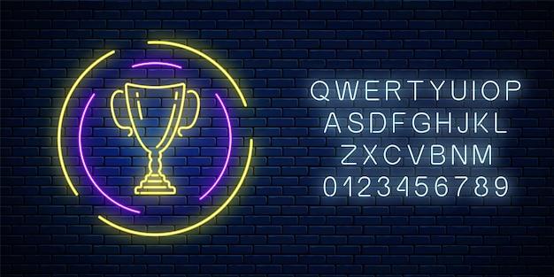 Sinal de néon brilhante com a taça de prêmio em moldura redonda com alfabeto no fundo da parede de tijolo escuro. símbolo de néon do troféu honorário do vencedor da copa. ilustração vetorial.