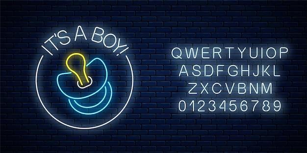 Sinal de néon brilhante com parabéns pelo nascimento de um menino com o alfabeto na parede de tijolo escuro.