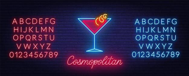 Sinal de néon cosmopolita cocktail no fundo da parede de tijolo. alfabetos de néon vermelho e azul.