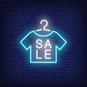 Sinal de néon da venda com forma do tshirt. anúncio brilhante da noite.