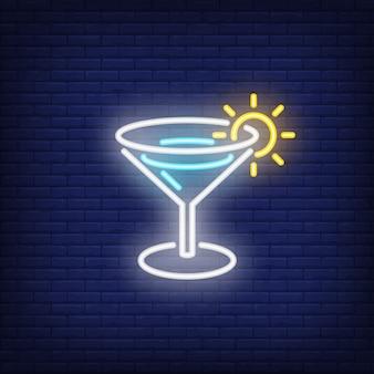 Sinal de néon de bebida de verão. Cocktail de Margarita com o sol de brilho na borda do vidro.