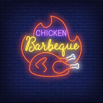 Sinal de néon de churrasco de frango. frango frito quente com chama. anúncio brilhante da noite.