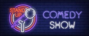 Sinal de néon de show de comédia. Microfone em carrinho em círculos coloridos.