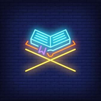 Sinal de néon do alcorão. livro dourado no carrinho de madeira. anúncio brilhante da noite.