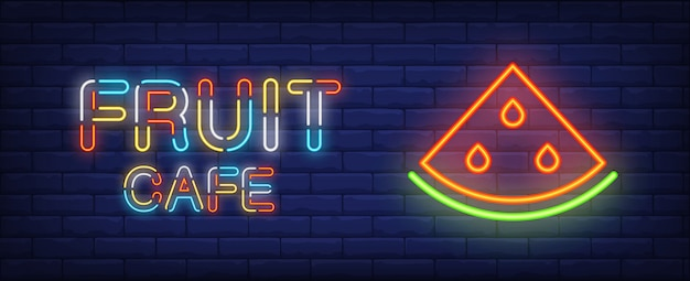 Sinal de néon do café da fruta. texto colorido e fatia de melancia no fundo da parede de tijolo