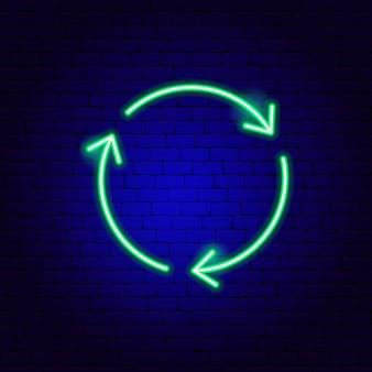 Sinal de néon do círculo de três setas. ilustração em vetor de promoção de direção.