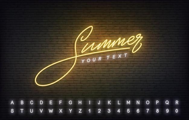 Sinal de néon do modelo de verão. texto de caligrafia de letras amarelas brilhantes verão.