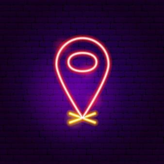 Sinal de néon do pino de navegação. ilustração em vetor de promoção ao ar livre.