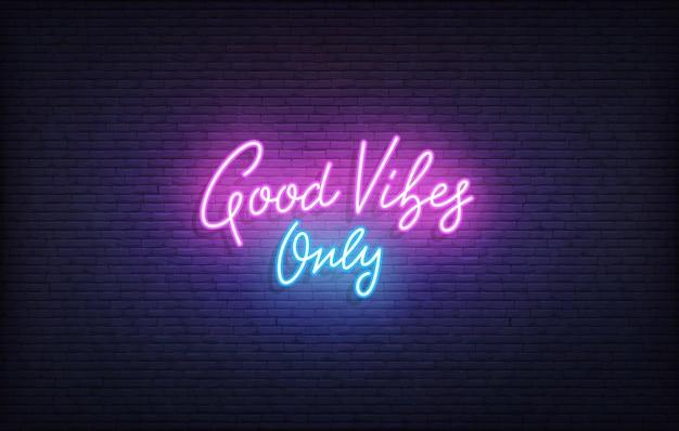Sinal de néon good vibes only. letras de néon brilhante modelo apenas de boas vibrações.