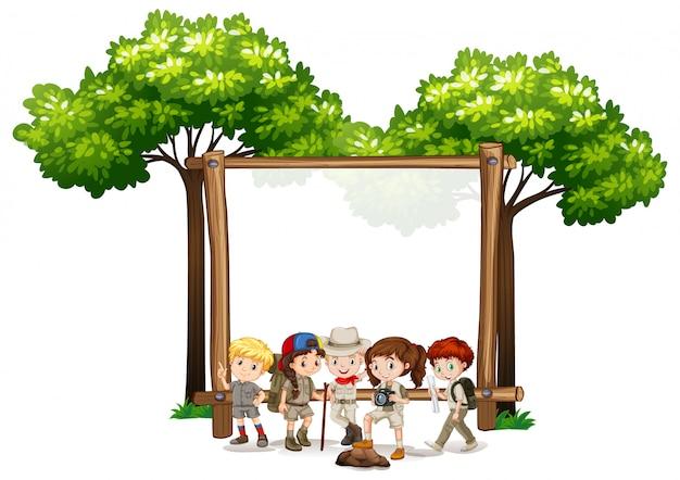 Sinal em branco com crianças e árvores